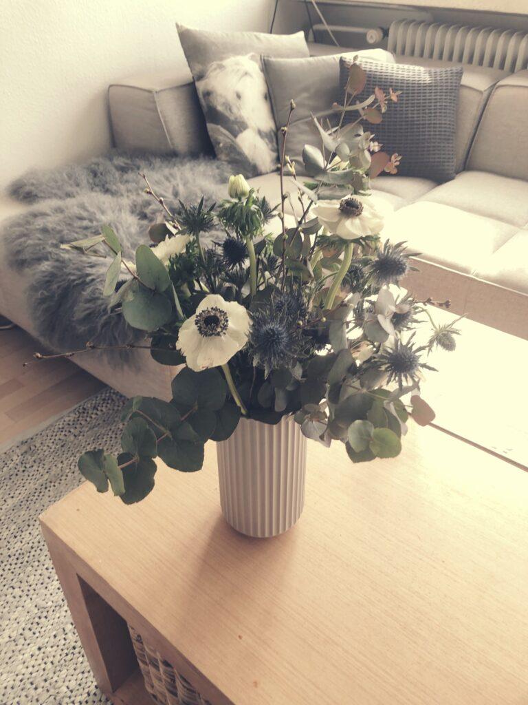 Let og lys blomsterdeko